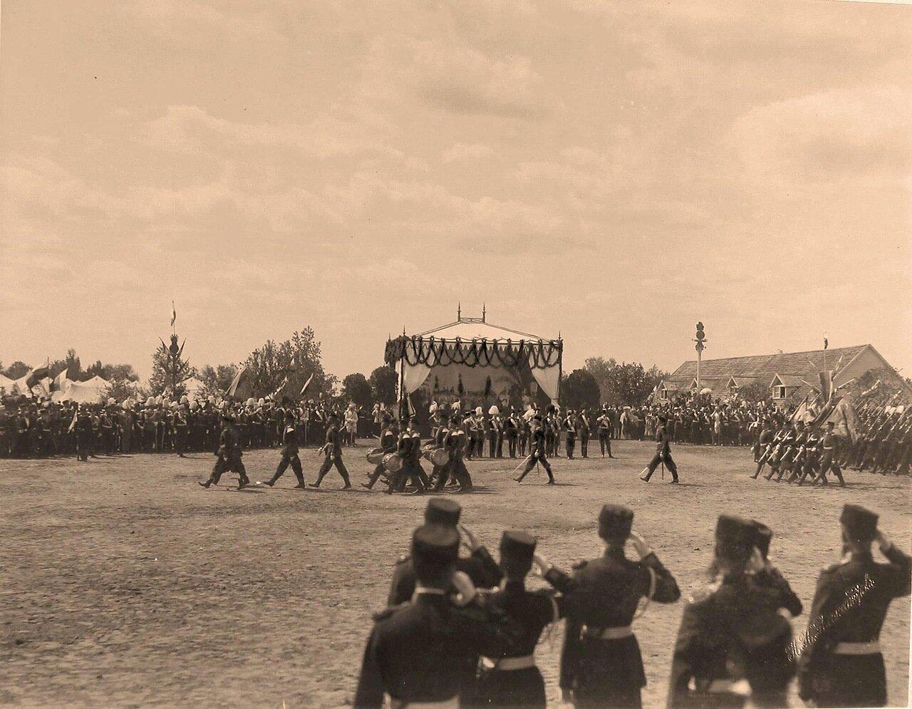 Прохождение гвардейских частей церемониальным маршем во время парада на Ходынском поле в дни празднования коронационных торжеств