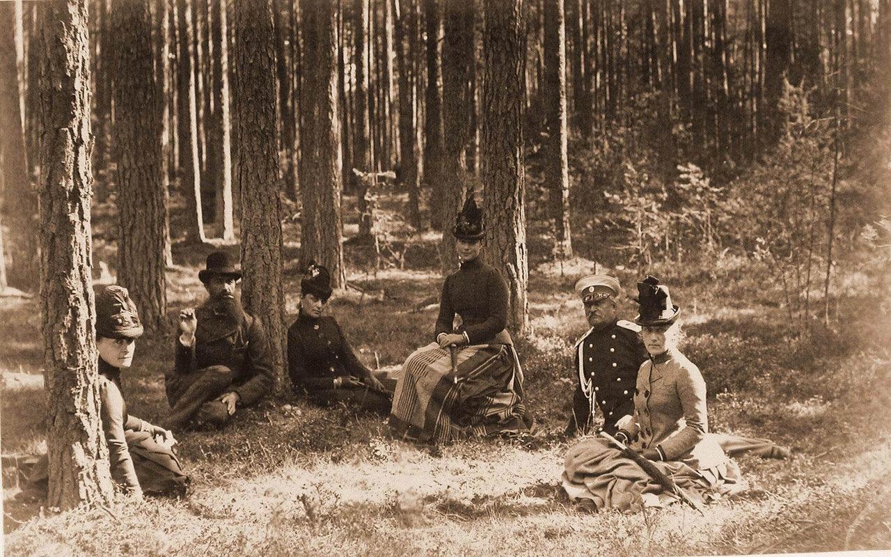 17. Императрица Мария Федоровна (третья справа) и сопровождающие ее лица во время отдыха в лесу