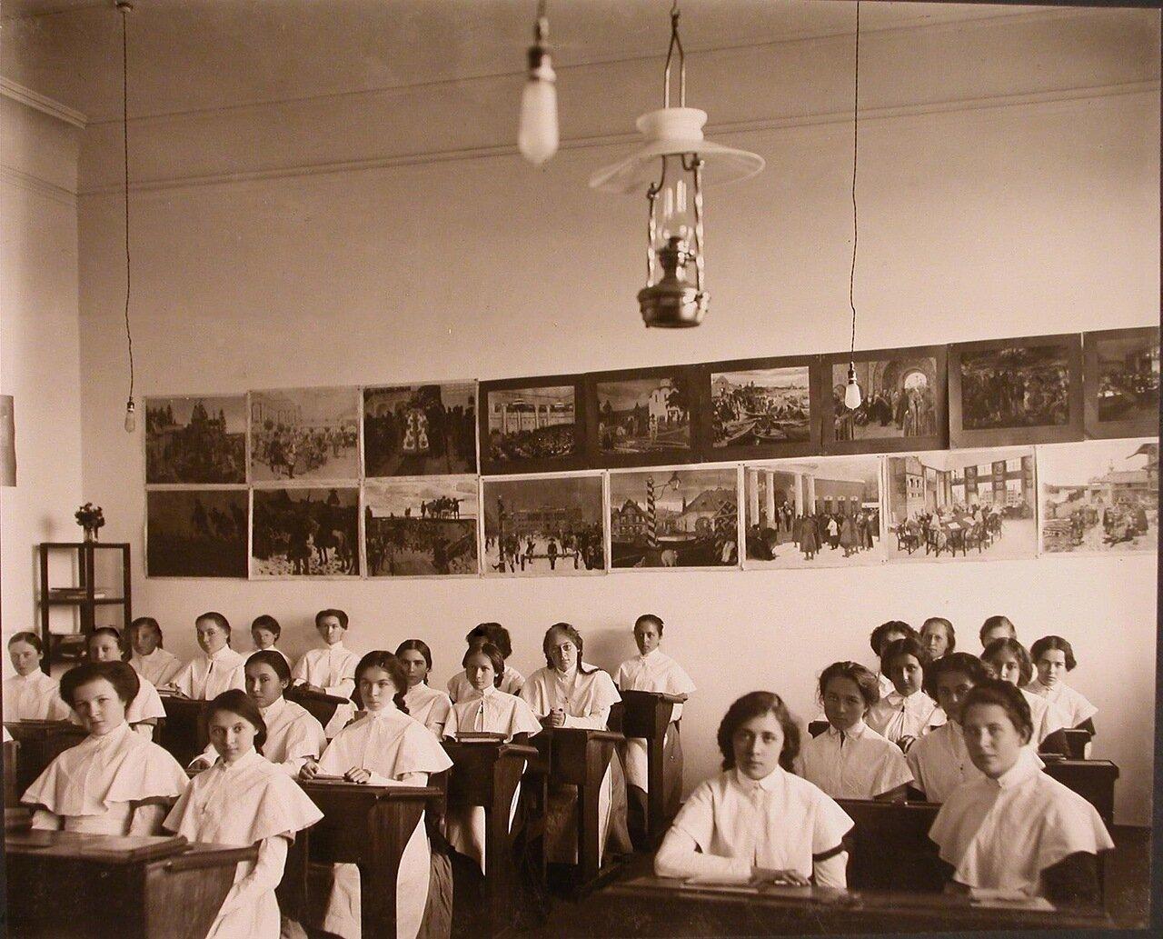 12. Воспитанницы института во время урока в классе