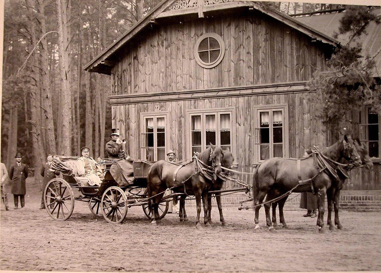 10. Карета,запряжённая четвёркой лошадей, у одного из охотничьих домиков
