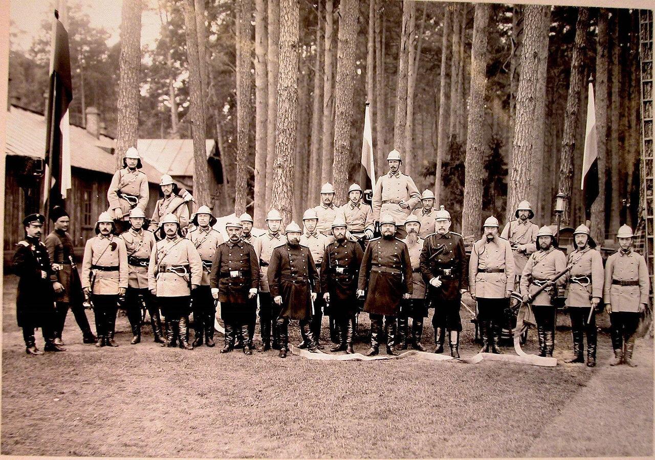 12. Группа членов пожарной команды перед началом учений