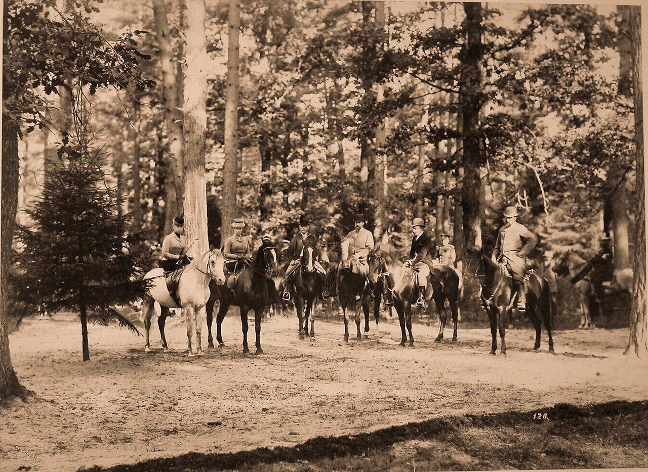 47. Группа участников охоты в лесу; крайняя слева - великая княжна Ксения Александровна, рядом с ней - императрица Мария Федоровна. 1894