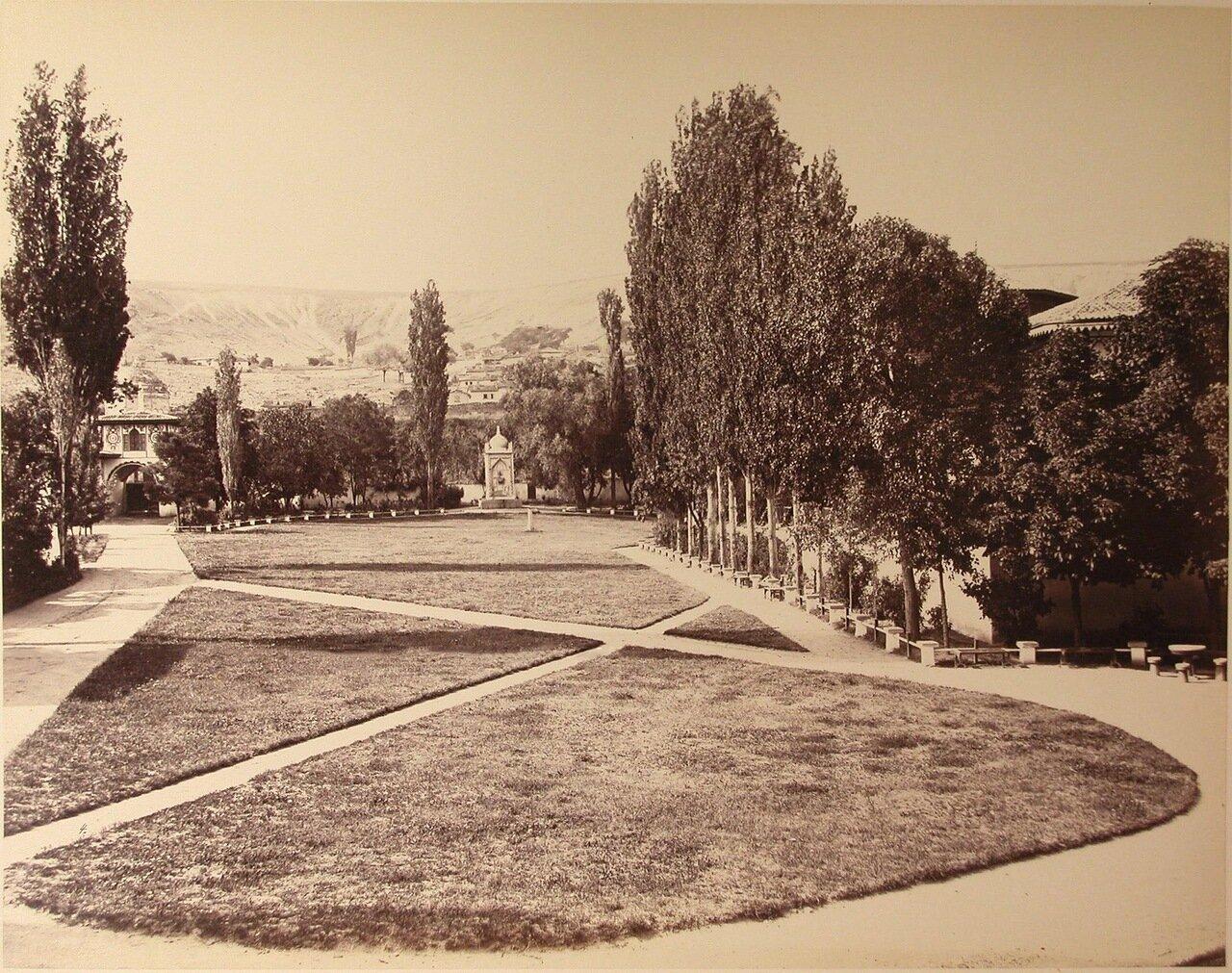 13. Вид территории ханского дворца; слева на втором плане - Южные въездные ворота
