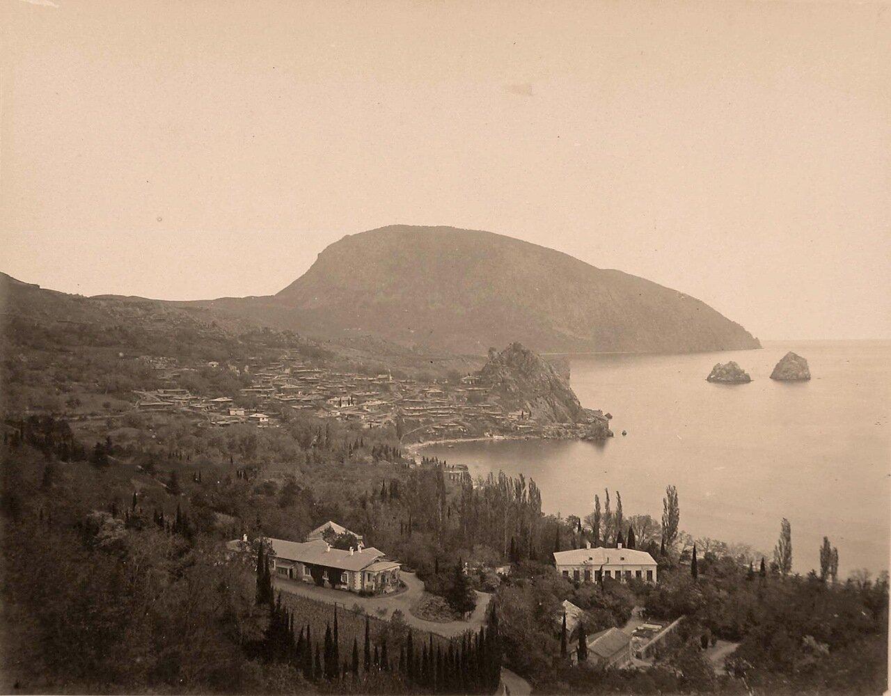17. Вид на город; справа - скалы Адалары, на втором плане - гора Аю-Даг