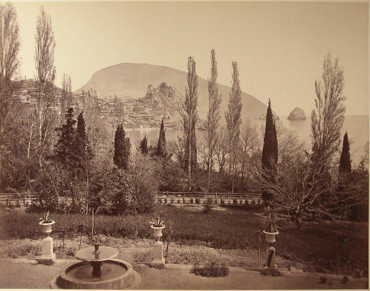 28. Вид части парка с фонтаном на приморской скале; справа - скалы Адалары, на втором плане - Аю-Даг.