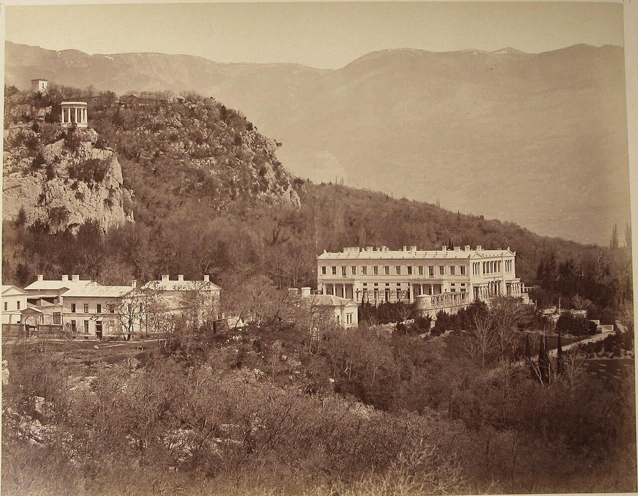 61. Ореанда. Вид на дворец великого князя Константина Николаевича (архитектор А.И.Штакеншнейдер, 1842-1852) и часть парка; слева - беседка-ротонда на скале