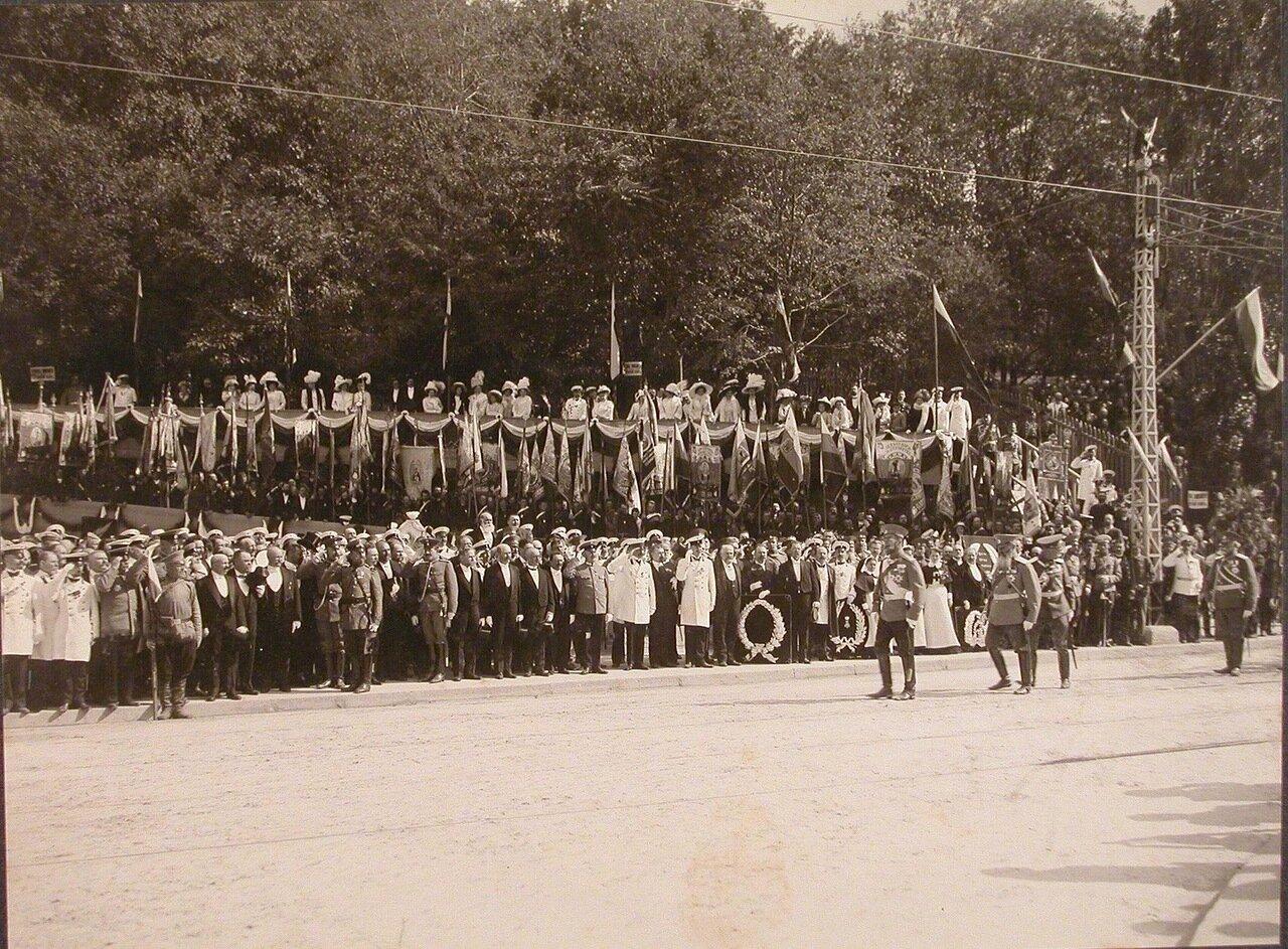 04. Участники торжественной церемонии открытия памятника перед началом парада