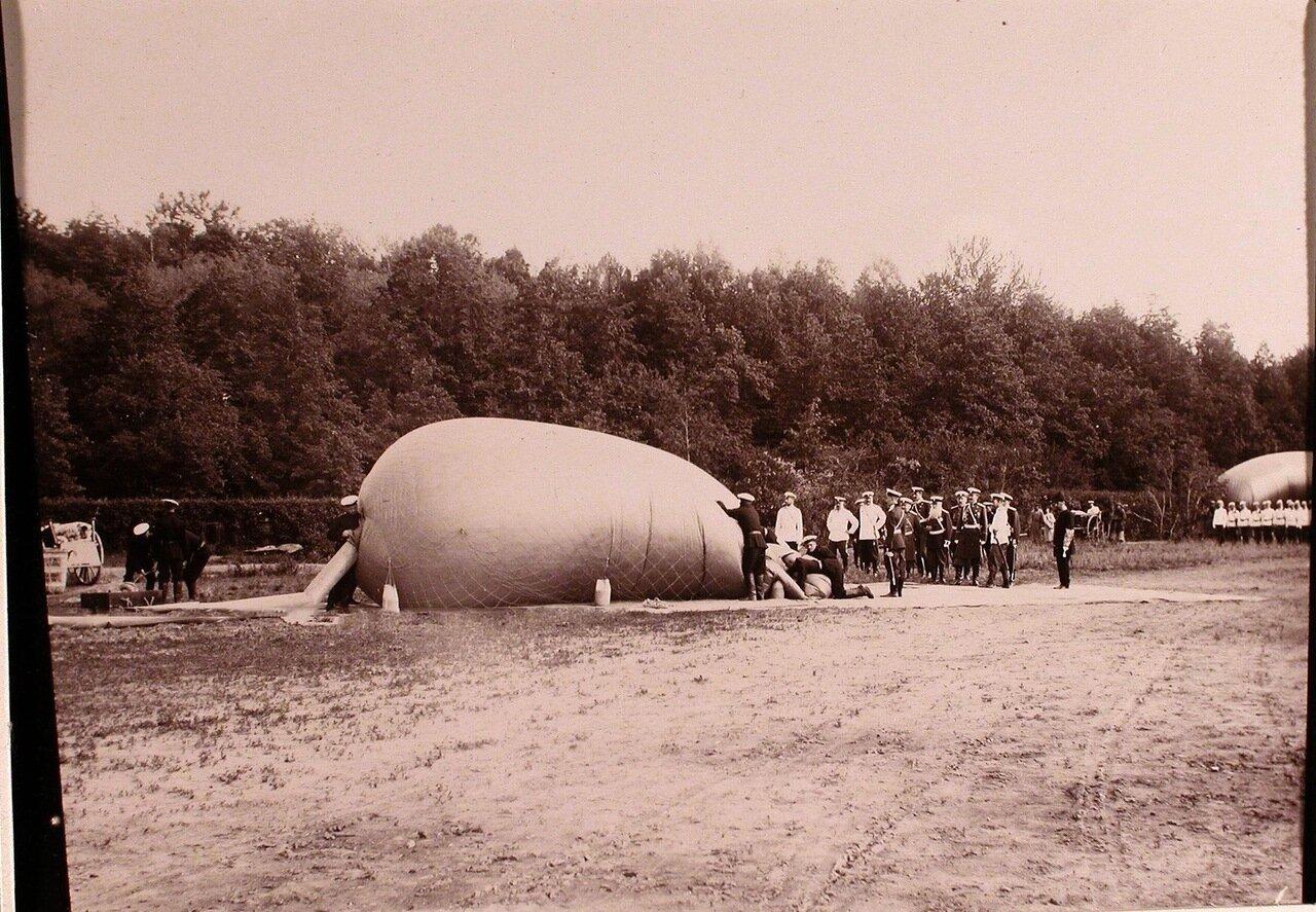 06. Император Николай II и группа офицеров наблюдают за наполнением воздушного шара дирижабля