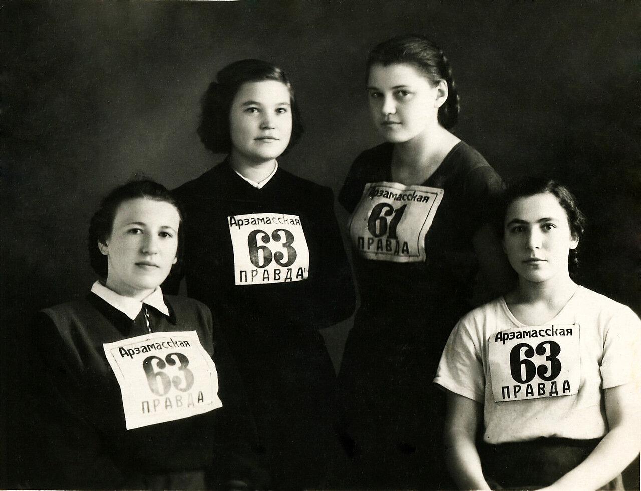 1953.18 октября - день эстафетного пробега на приз газеты Арзамасская правда. Римма Т., Аня К., Галя К., Вера Б.