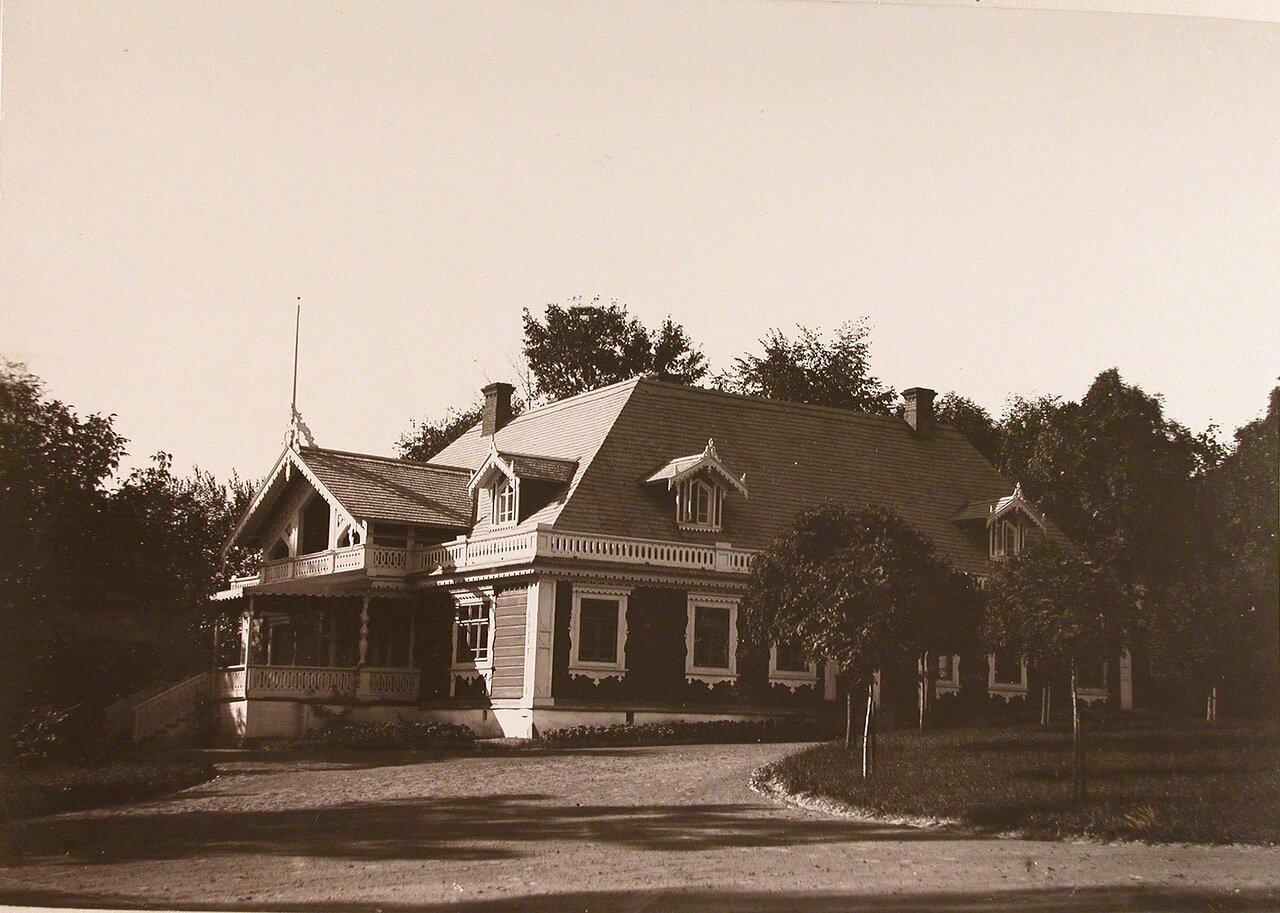 07. Вид одной из построек, расположенных в парке близ Беловежского дворца