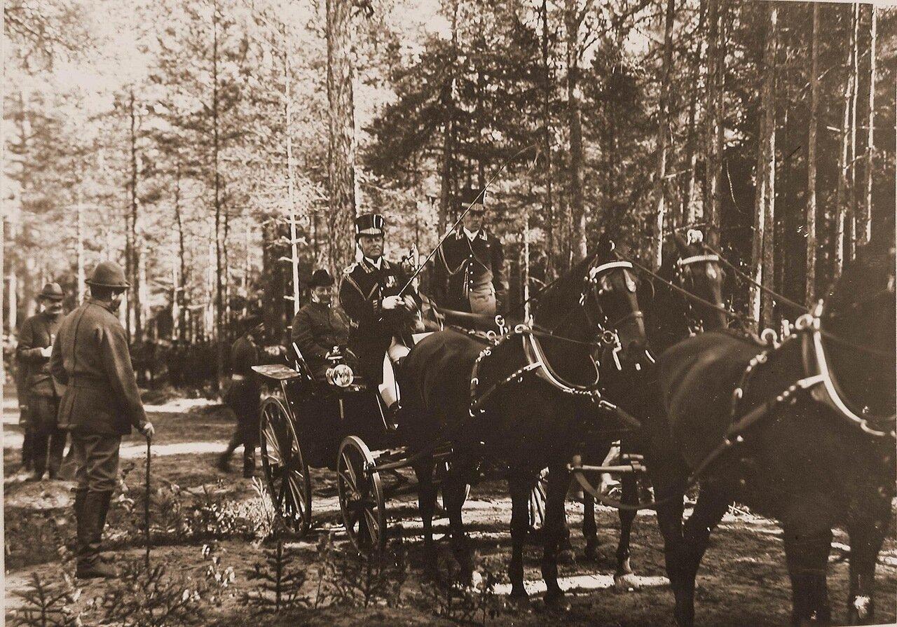 16. Великий князь Владимир Александрович в экипаже, запряженном четверкой лошадей, перед началом царской охоты