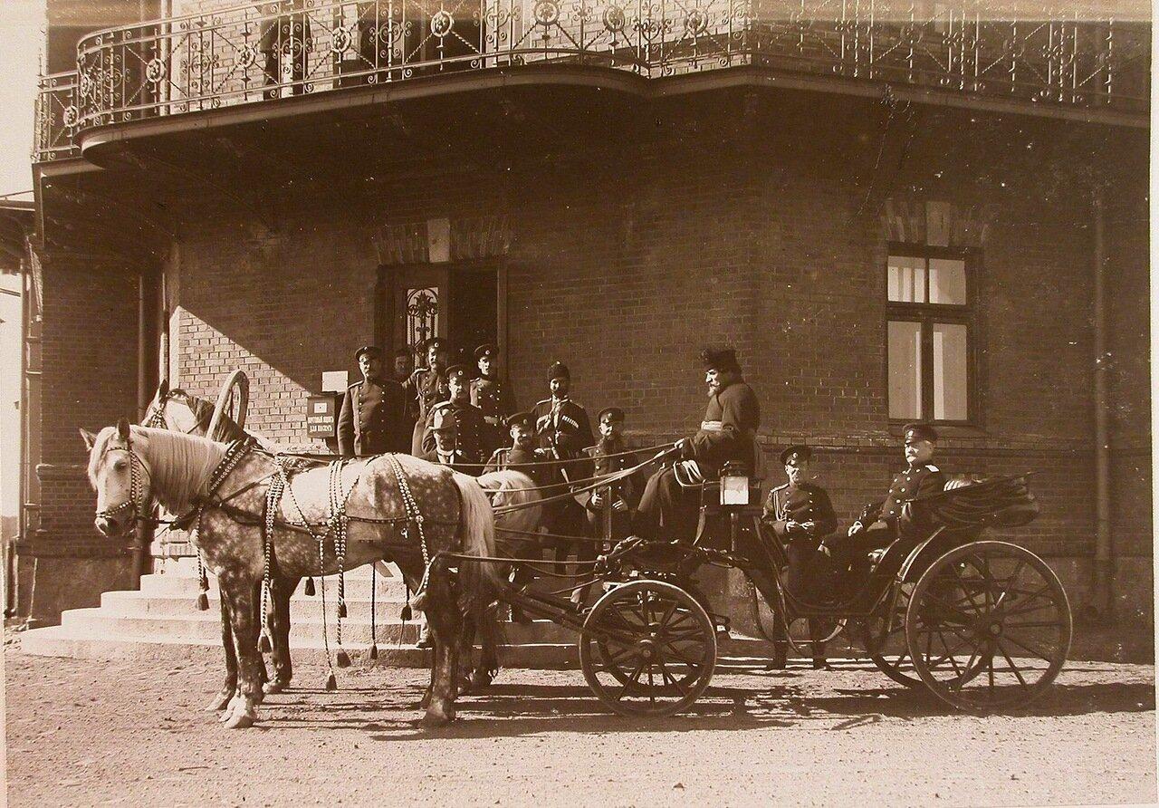 24. Комендант Беловежского дворца (в экипаже)] и группа военных чинов у крыльца дома для служащих дворца
