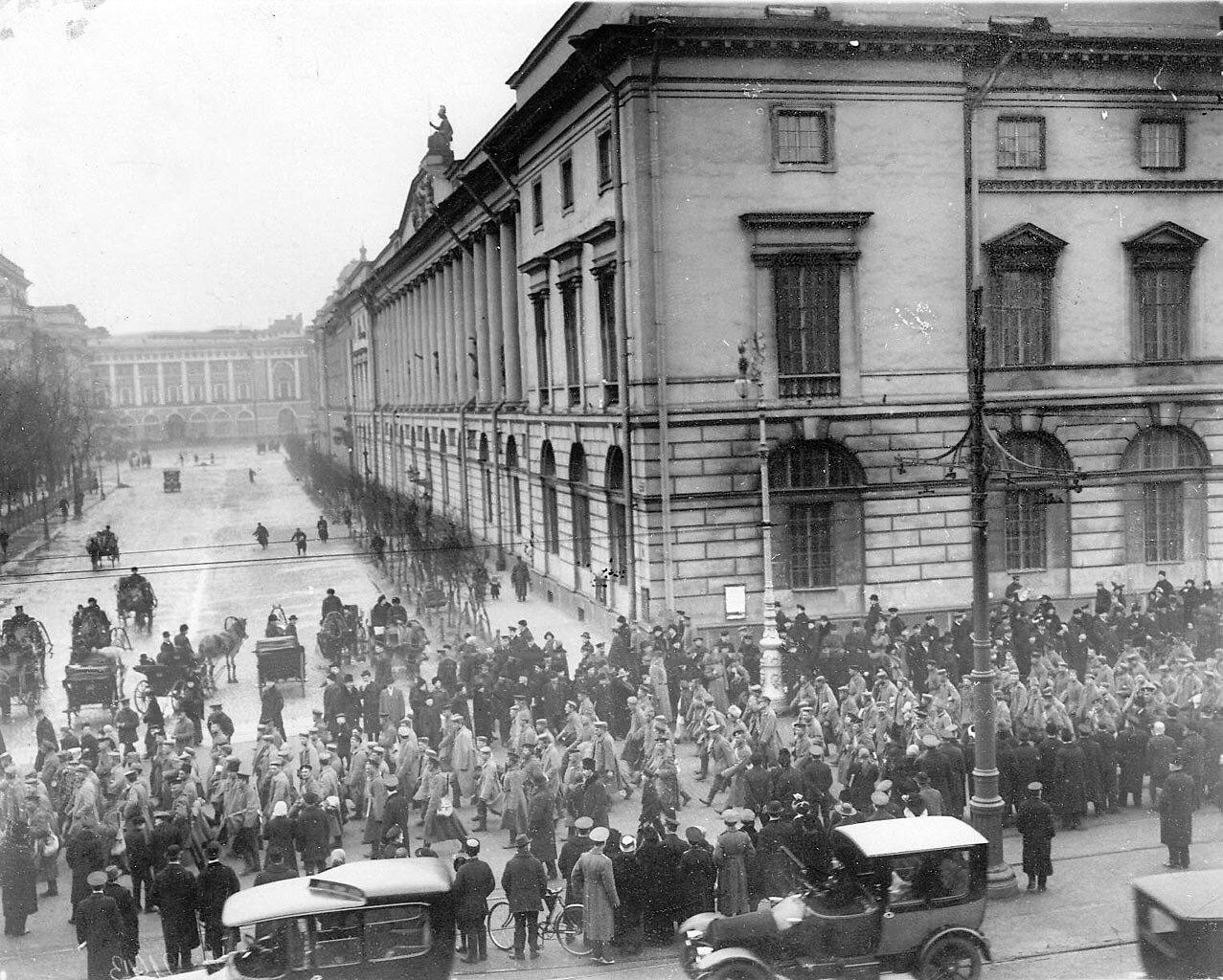 21. Колонна германских военнопленных проходит по Невскому проспекту около Публичной библиотеки