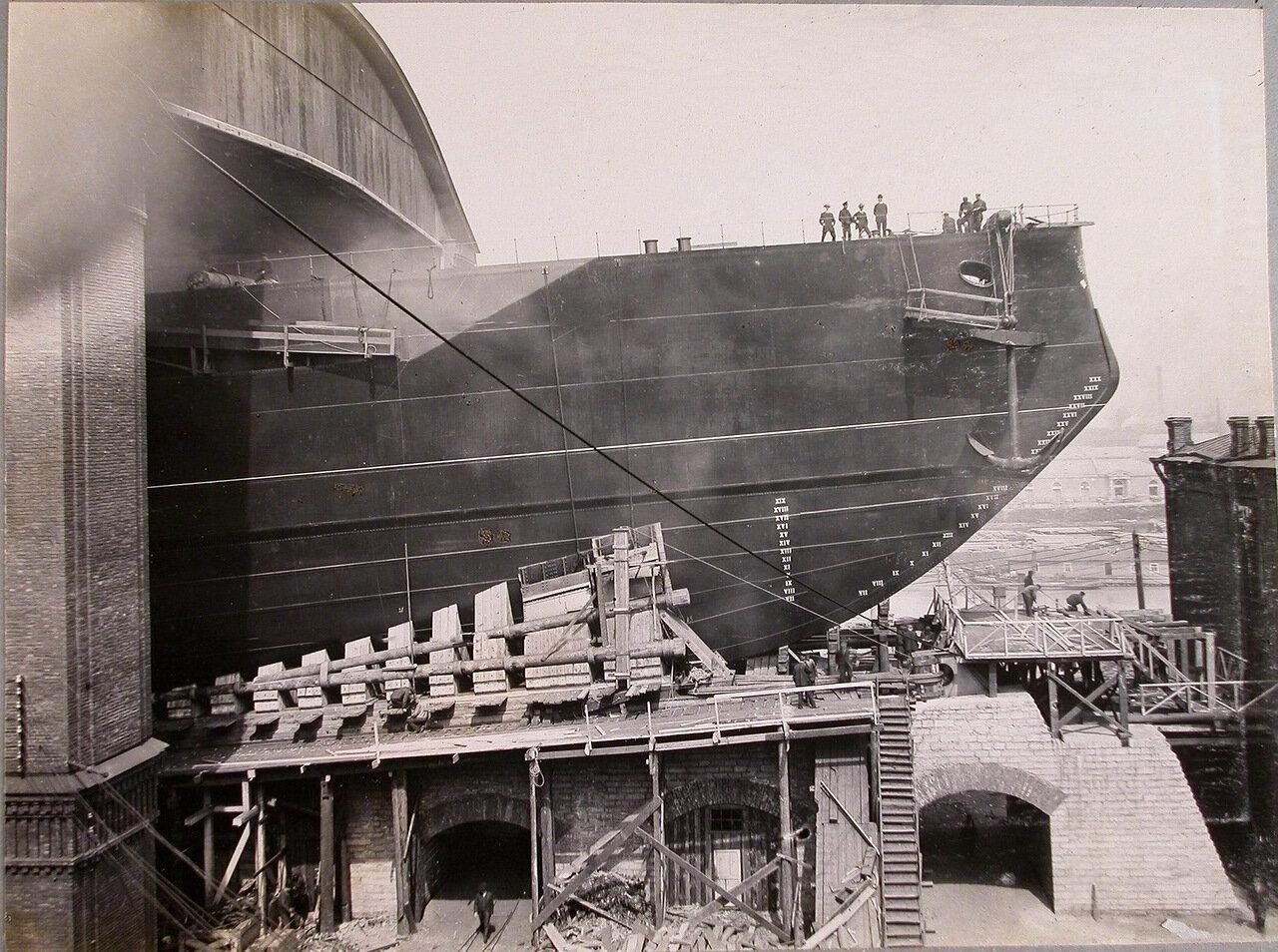 37. Боковой вид носа линейного корабля «Полтава» перед спуском. 25 июня 1911 г.