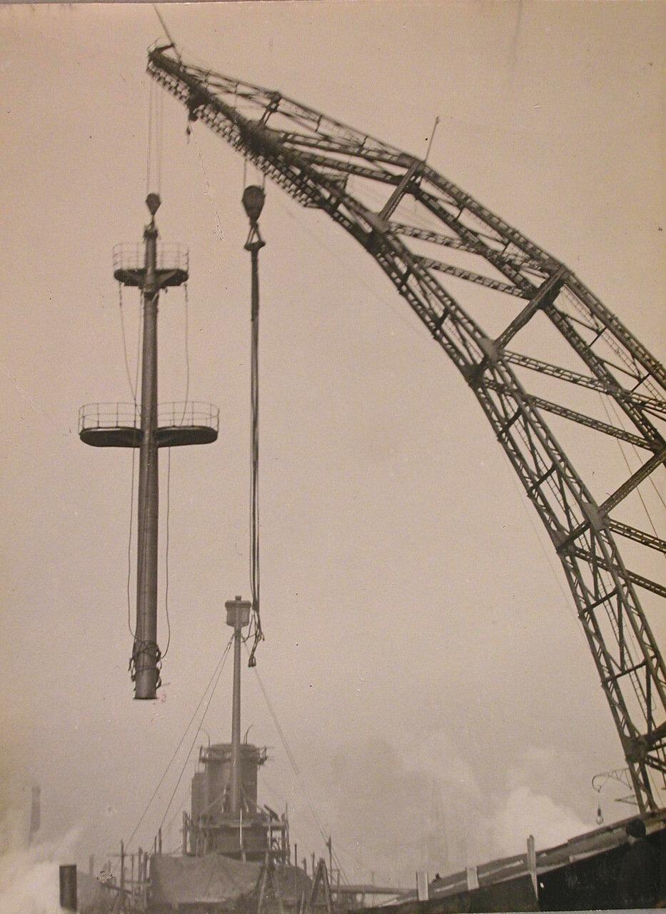 74. Установка мачты на линейный корабль «Полтава».; на втором плане -достраивающийся линейный корабль «Гангут». май 1914 г.