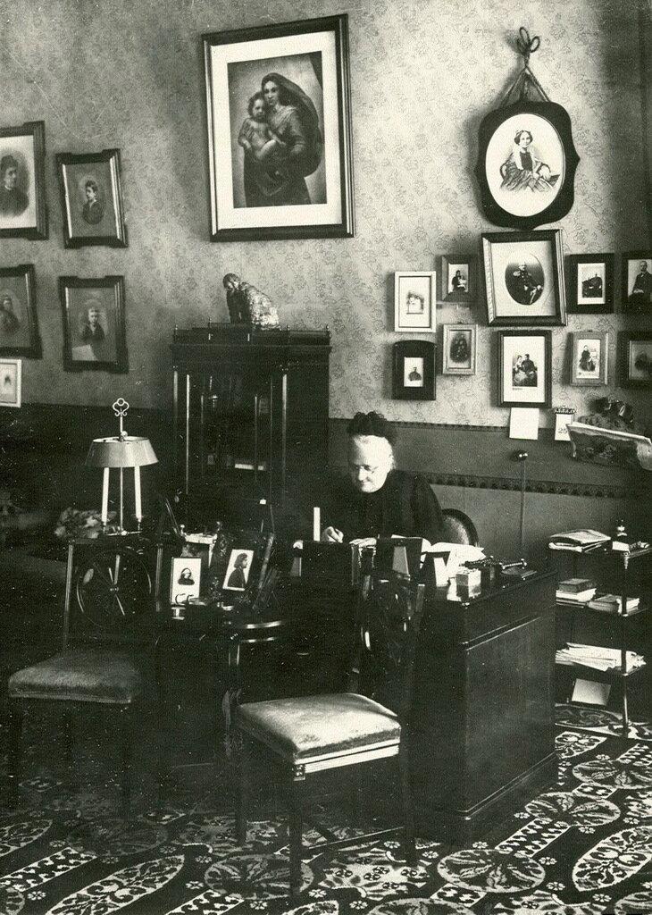32. Начальница Смольного института Е.А. Ливен в кабинете за письменным столом