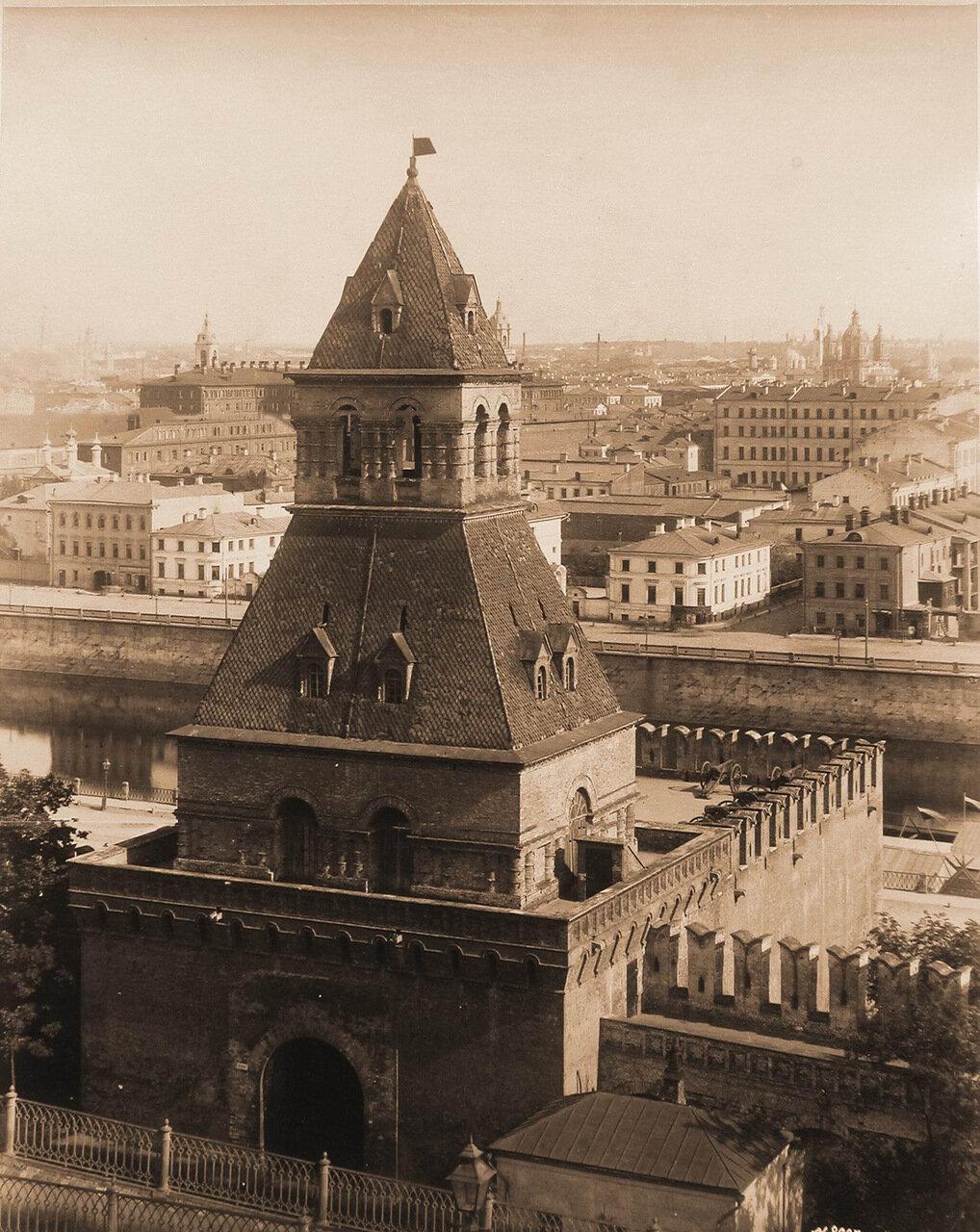 Вид на Тайницкую башню Кремля