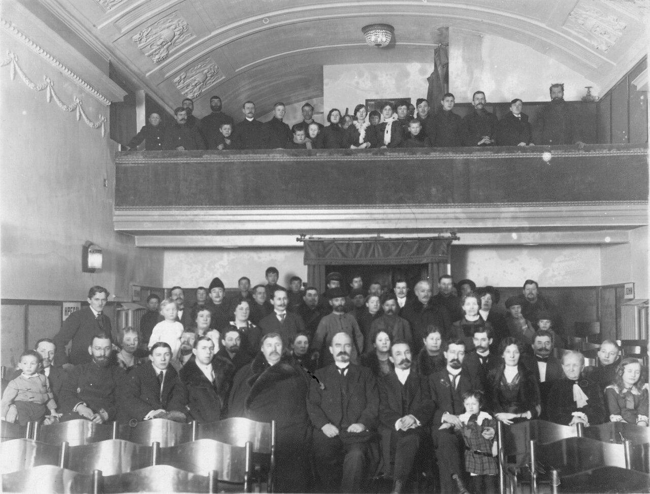 Кинематограф «Аргус» (Невский проспект, 55). 01.Группа зрителей в зале кинематографа «Аргус». 1913