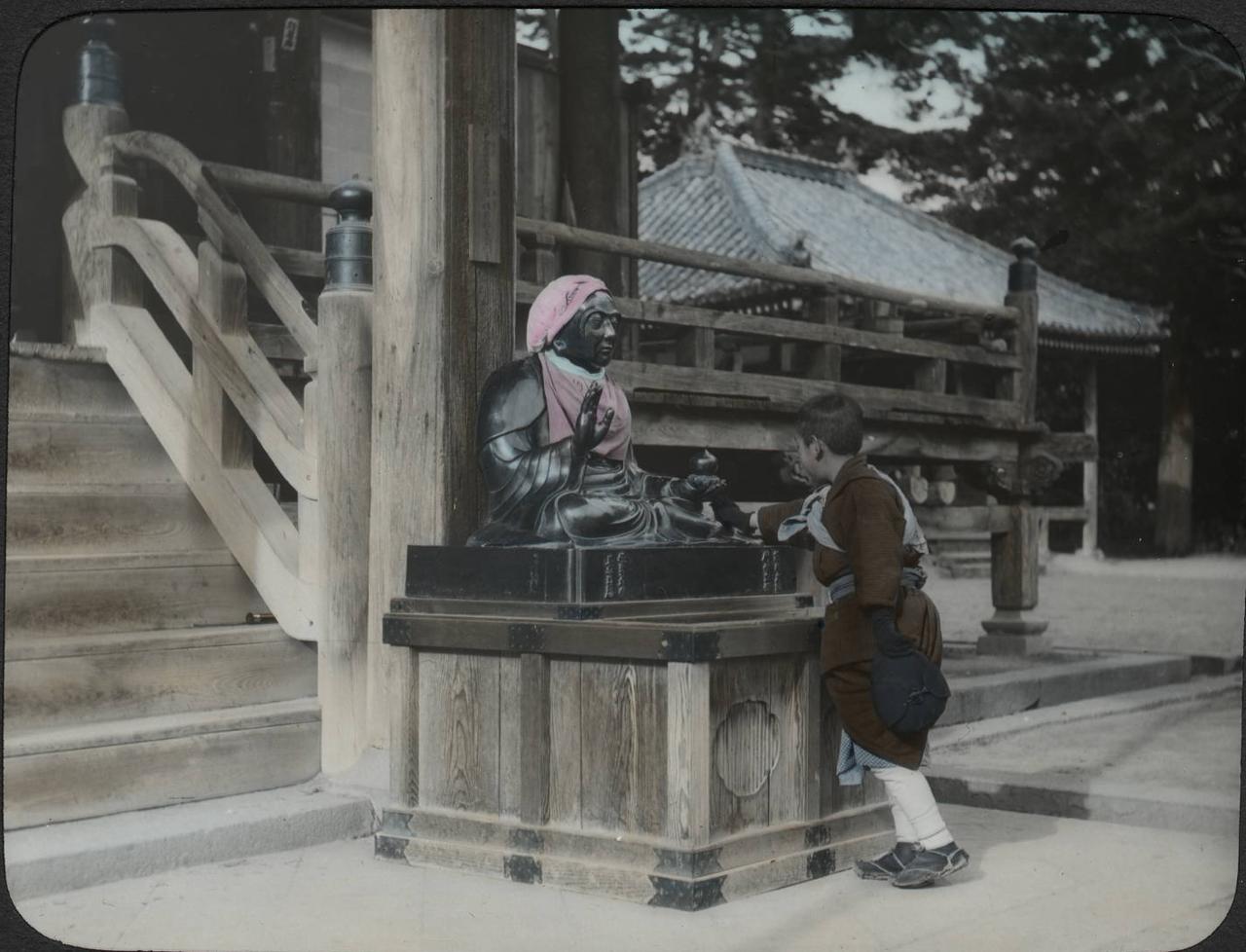 Будда у входа в храм