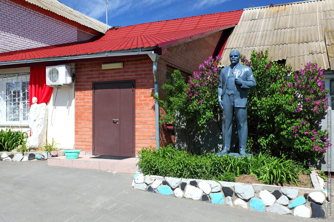 Местная гостиница с якорями и скульптурами Ленина