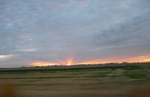 Закатный взрыв в пустыне Невады. Лучи уходящего солнца.