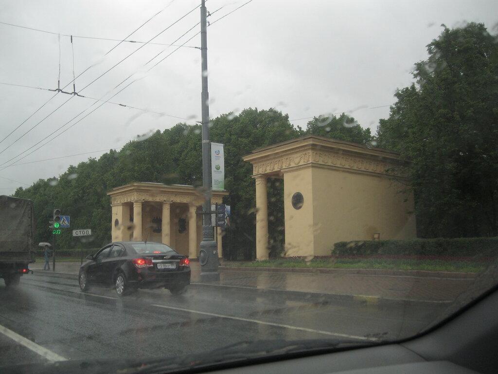 Пропилеи центрального входа в Московский парк Победы. Май 2014 г.