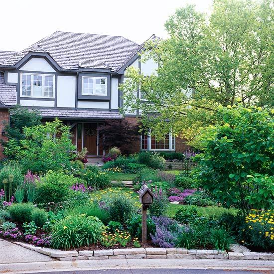Ландшафт - Идеи оформления переднего дворика дома-Привлечь внимание к нейтральному цвету дома