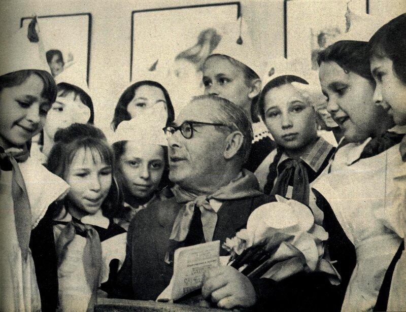 Кишинёв 1964. Старый большевик Л.М.Катцов и пионеры.jpg