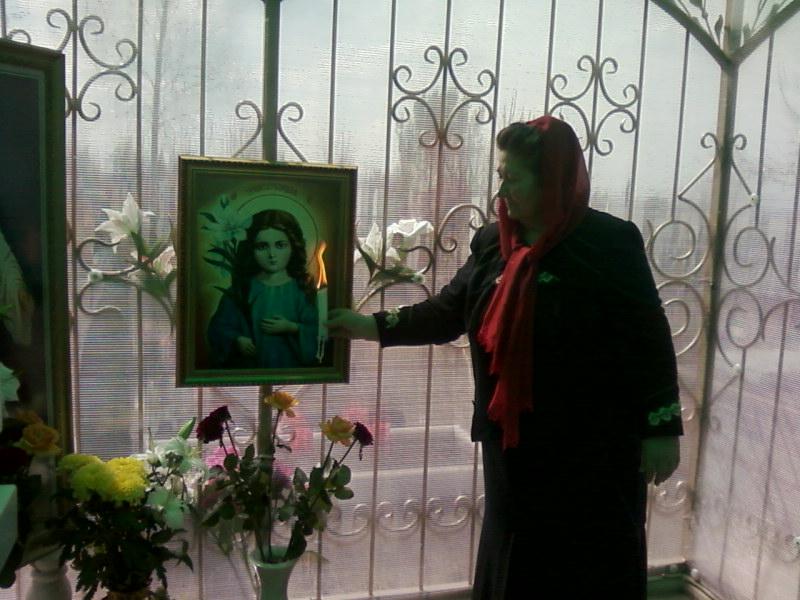 Мать Славика на могиле сына (29.05.2014)