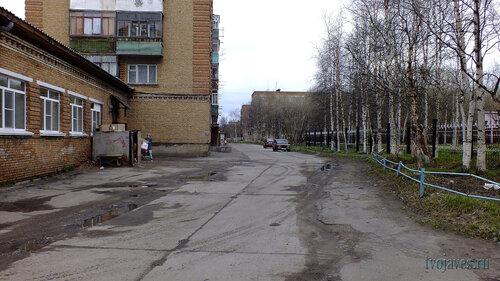 Фотография Инты №6802  Двор (южная сторона дома) Горького 19 (магазин