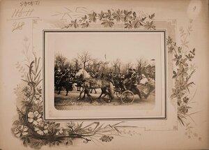Император Николай II и императрица Александра Федоровна в экипаже после окончания смотра кавалерийских полков на Царицыном лугу..