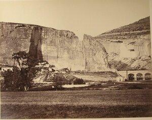 Вид Инкерманских скал; справа - мост в ущелье.