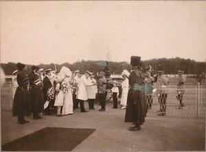 Городской голова подносит императору Николаю II хлеб-соль.