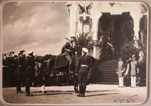 Офицеры приветствуют императора Николая II