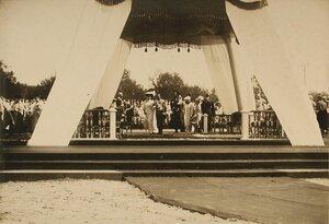 Император Николай II, императрица Александра Федоровна направляются к месту закладки памятника 300-летие царствования дома Романовых; на руках дядьки - цесаревич Алексей