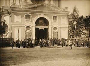 Хор церковных певчих, группа священнослужителей и военных у входа в Новоспасский монастырь
