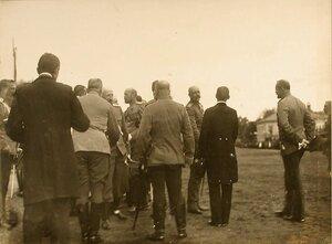 Группа высших офицерских чинов в ожидании прибытия императора Николая II