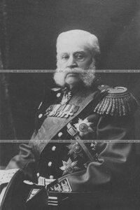 Генерал в парадной форме в кресле.