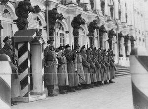 Почетный караул  1-го стрелкового  Его Величества батальона у Большого Екатерининского дворца.