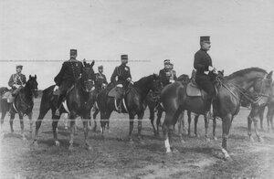 Военные атташе иностранных государств на военном поле присутствуют во время парада юнкеров.