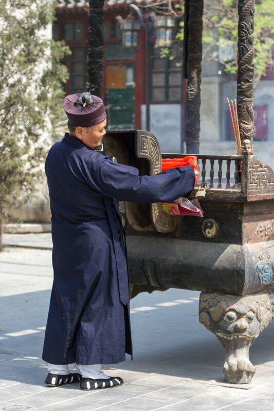 Монах около жертвенника, храм Белого облака, Пекин