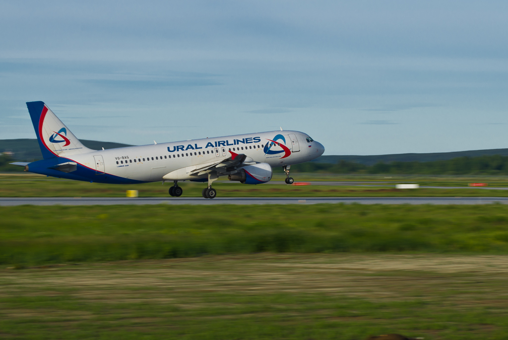 """Фотография 15. Пример съемки взлетающего самолета """"с проводкой"""" на зеркалку Nikon D5100 с телеобъективом Nikon 70-300"""