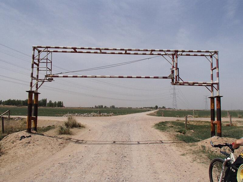 шлагбаум от фур на грейдере вдоль пустыни
