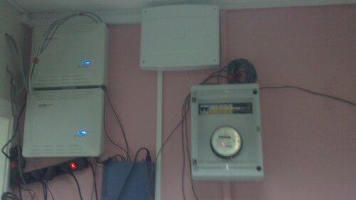 Фото 6. Вызов электрика заказали не зря - электроснабжение офисного помещения восстановлено. Светящиеся индикаторы различного электрооборудования подтверждают факт восстановления электроснабжения.