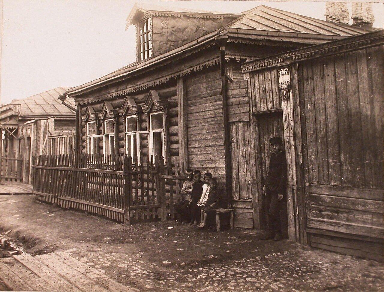 Местные жители у входа в дом Яковлева на одной из улиц