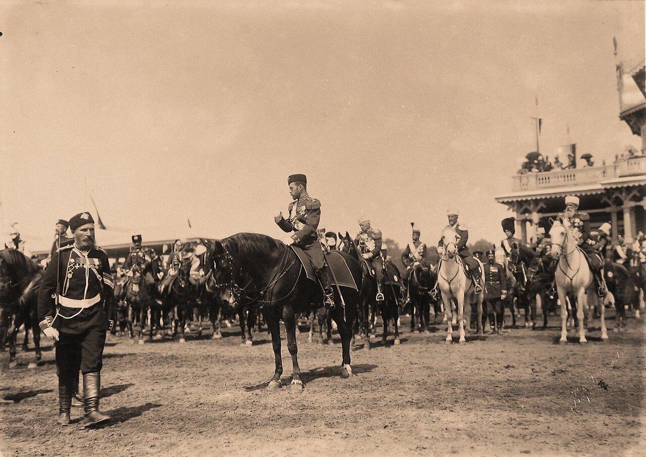 Император Николай II (в центре), генералы свиты, гости, приглашенные на торжества коронации, на Ходынском поле по окончании парада