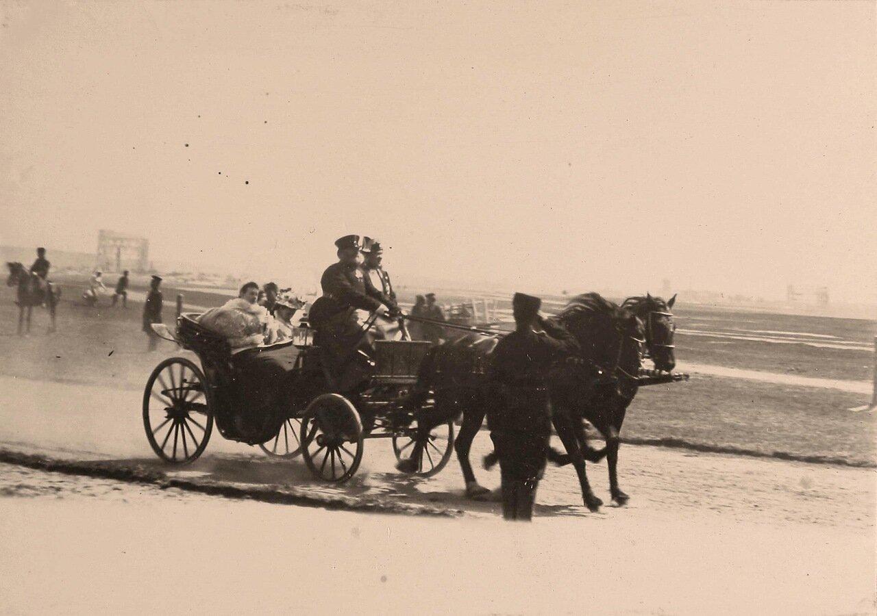 Экипаж с членами императорской фамилии направляется к месту проведения парада на Ходынском поле