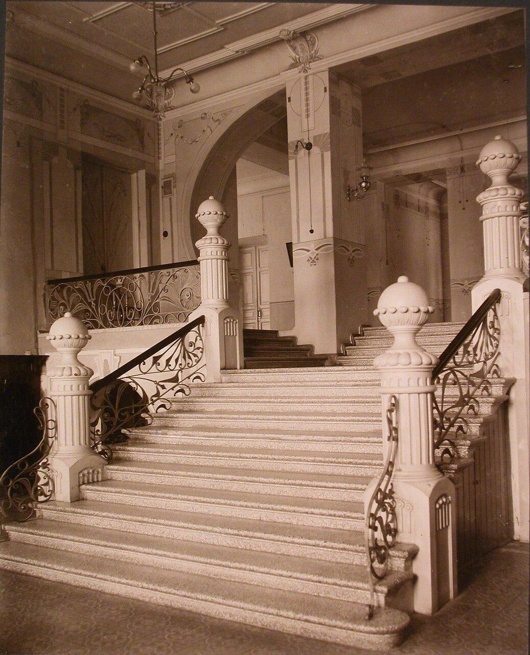 07. Вид лестницы в вестибюле 1-го этажа института
