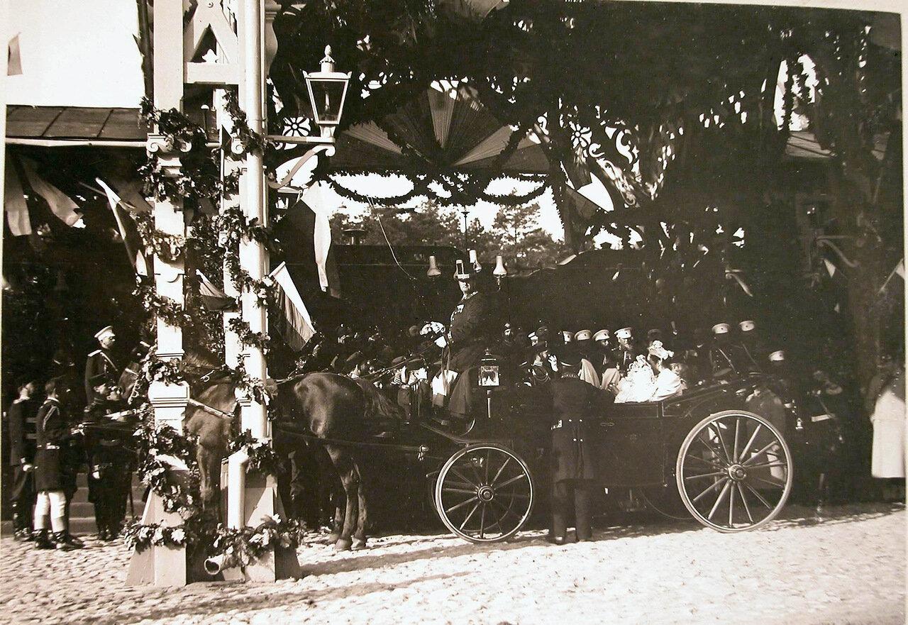 03. Встречающие императора Николая II и императрицу Александру Федоровну на станции у экипажа