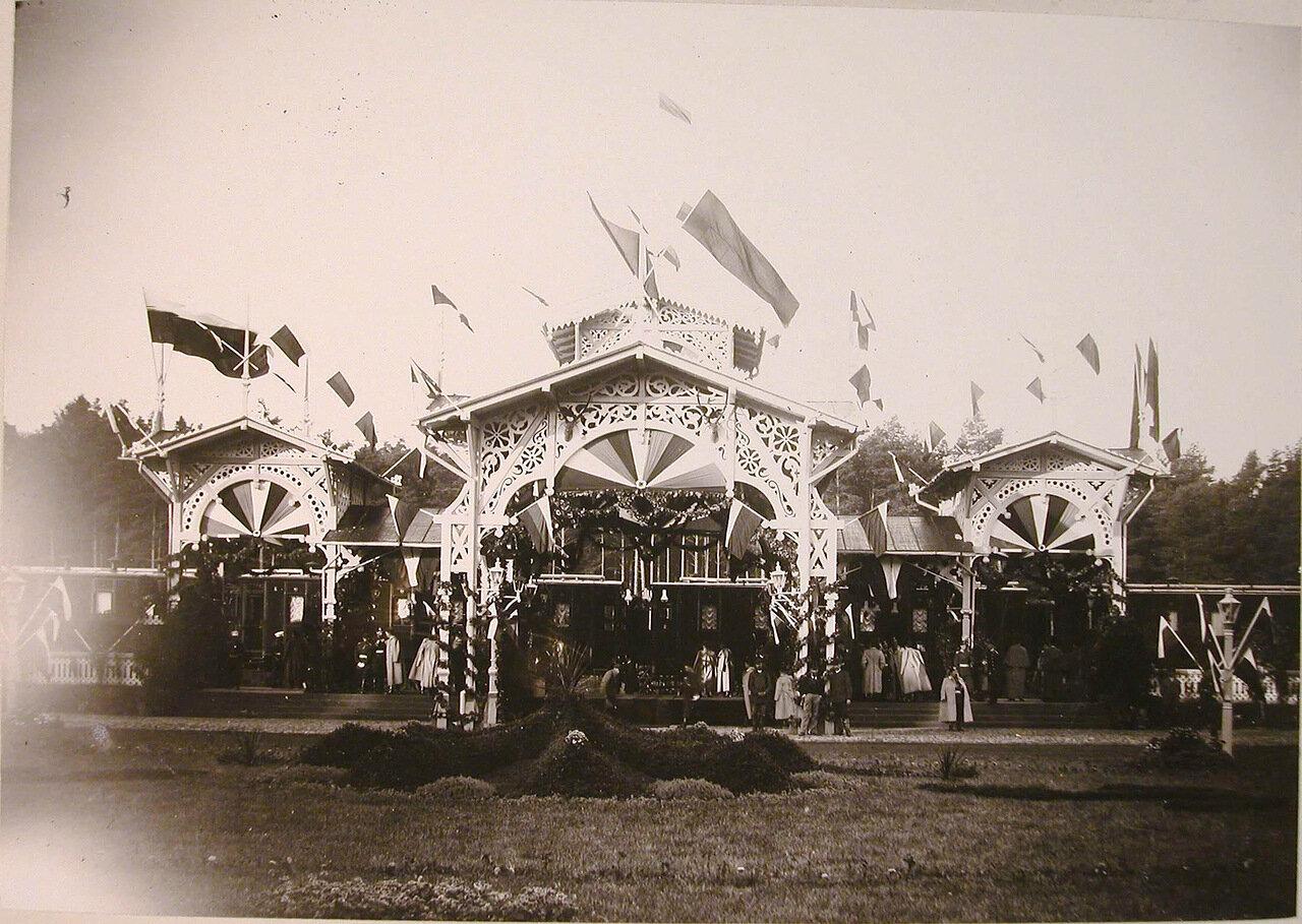 07. Вид павильонана станции,украшенного правительственными флагами, в честь прибытия императорской фамилии